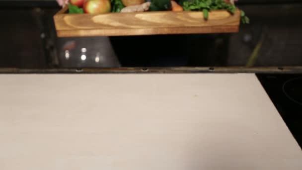 Freschi frutta e verdura biologica in vassoio di legno