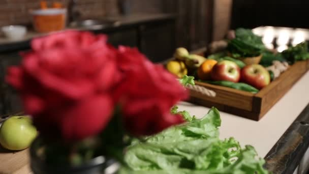 Trh s čerstvými ovoce a zelenina v dřevěné liště