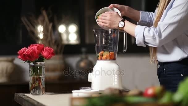 Ženské uvedením nasekané potravinové přísady v mixéru