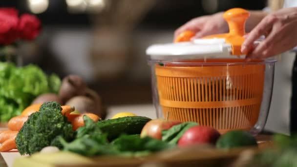 Closeup ženské ruky otáčí salát v kuchyni