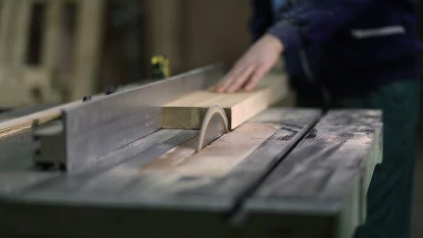 Tesařské práce na elektrické viděl krájecí desky