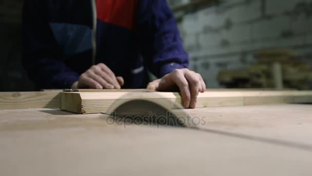 Carpenter bourání dřevěné prkno s tabulkou viděl