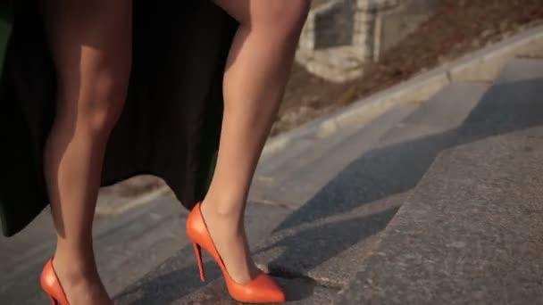 633c15bca Sexy piernas femeninas en tacones, subiendo escaleras