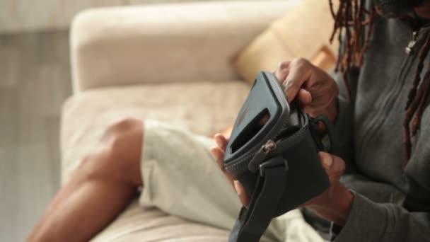 Male ruce vložení mobilního telefonu do Vr brýle