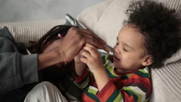 Milující otec hrál s jeho synem na pohovce