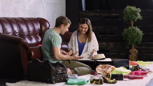 Mladý šťastný pár plánování cestování s mapou