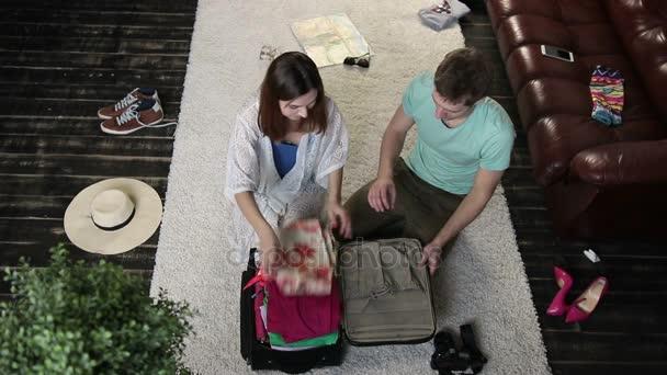 Pár se snaží uzavřít přeplněna kufr