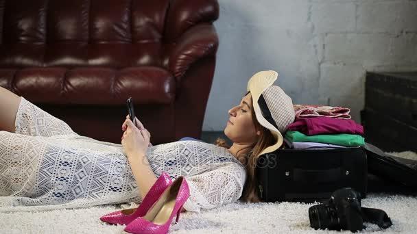 Okouzlující žena turistické použití mobilního telefonu doma