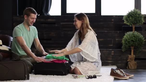 Pár se snaží uzavřít svá zavazadla dohromady