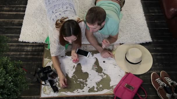 Mladá rodina označení míst k návštěvě na cestovní mapě