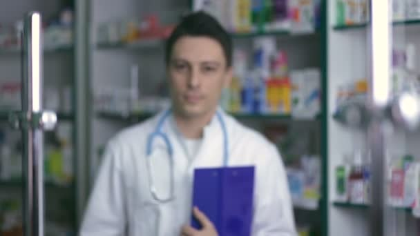 Lächelnd männlichen Apotheker im weißen Kittel in Drogerie