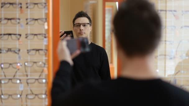 Muž volba nové 3D brýle při optometristy