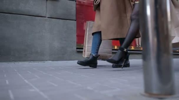 Boldog nő séta a bevásárló szatyrok város utca