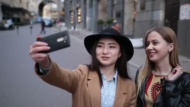 Mnohonárodnostní přátel zábavu a pořizování selfie