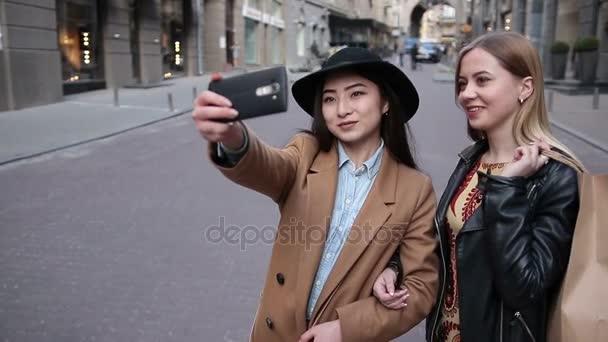 Mladé ženy pozitivní takže selfie s smartphone