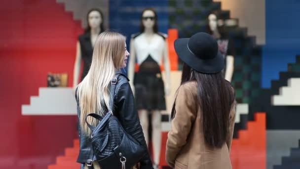 Pohled zezadu na roztomilé dívky při pohledu na displej obchod