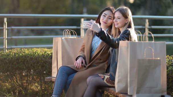 Dva nejlepší přátelé s selfie s smartphone