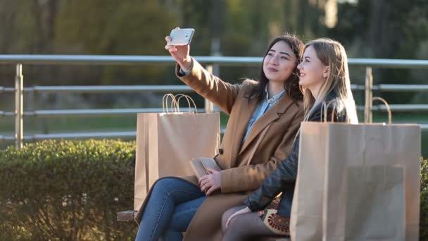 Dospívající dívky, takže autoportrét s telefonem