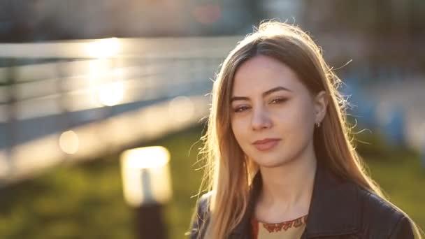 Porträt der jungen Frau mit schüchternen Lächeln im freien