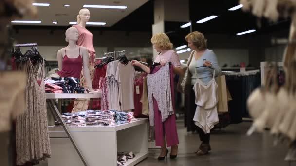 Nakupování oblečení v obchodě krásné ženy