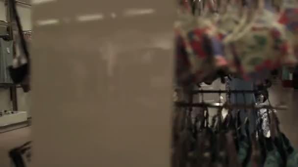 0c2a3933743a Interni di capi di abbigliamento negozio di abbigliamento– filmato stock