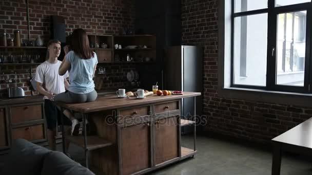 Krásný romantický pár objímat v kuchyni