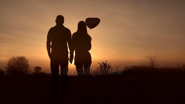 Romantický pár v lásce sledovat krásný západ slunce