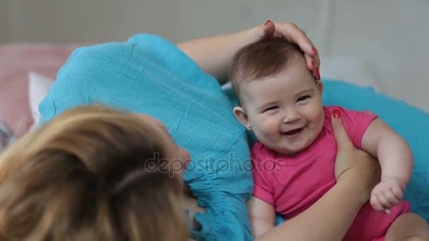 Milující matka hladila rozkošný dívka hlavu