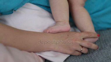 Vértes anya kezét simogatta Bencsik láb
