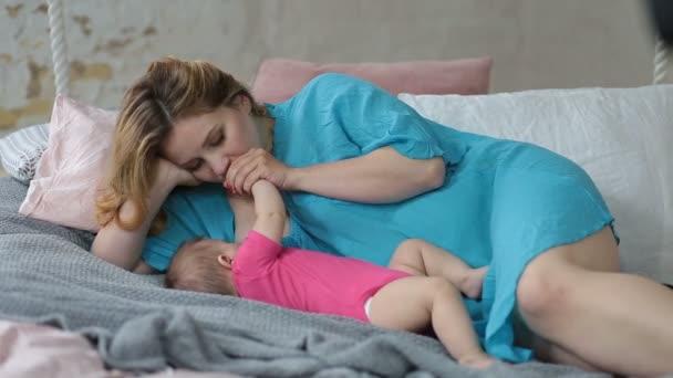 liebevolle Mutter beim Stillen ihres kleinen Mädchens