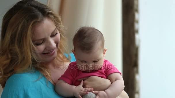 Roztomilé dítě a okouzlující matka hraje s hračkou