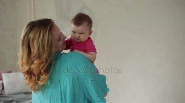 Milující máma líbání roztomilé dítě dívky nos