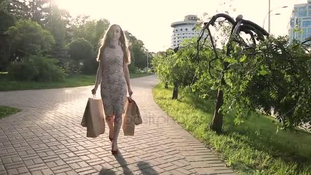 Elegáns nő, bevásárló táskák, séta utca