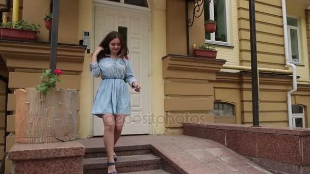 Mladá žena přijímá kytice na rande