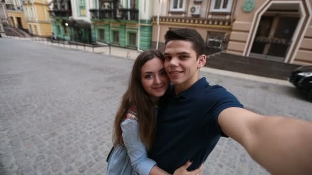 Vidám fiatal pár figyelembe selfie a mobiltelefon