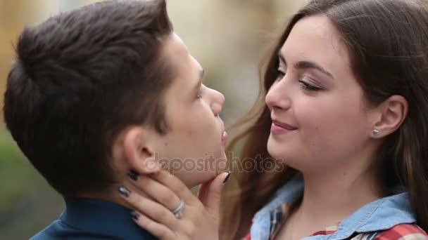 Romantický mladý pár v lásce lepení venku