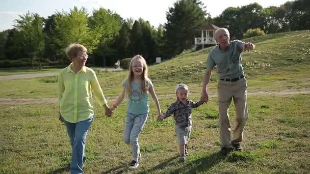 Nonni che camminano con i nipoti nel parco