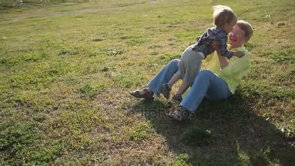 Totyogó fiú fut szeretett nagyanyja Park