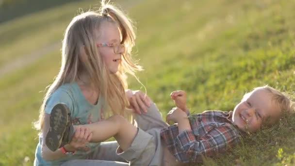 Krásné děti si hrají na zelené louce