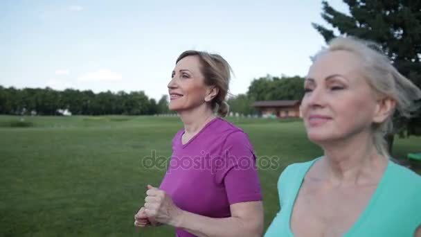Dva docela starší samice mají školení v parku