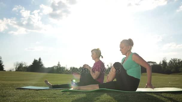 Fitness žen dělá noha pilates cvičení se táhne