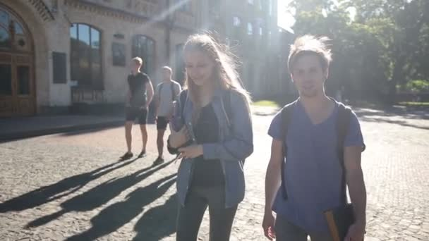 Atraktivní pár studentů na kampusu
