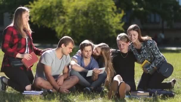 Hezký studentům, kteří pracují s ovládacím panelem v parku