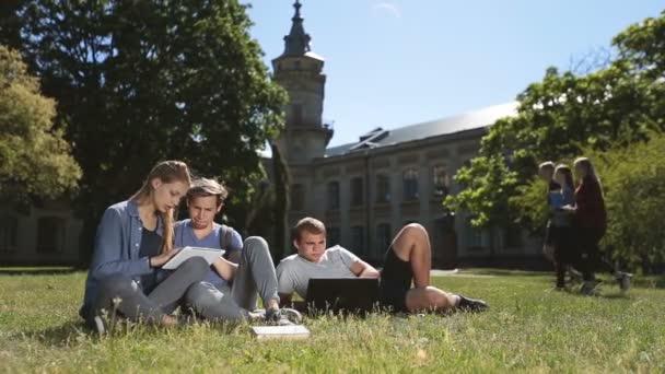 Pozitivní vysokoškoláků studuje na kampusu trávníku