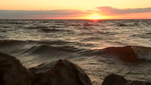 Tramonto arancione mistico sopra vista sul mare