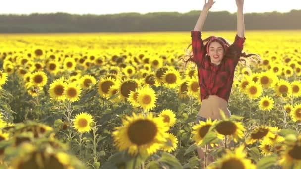 Emocionální okouzlující dívka, která skočila ve slunečnicovém poli