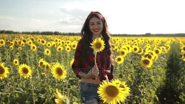 Radostné dívka s slunečnicová radost příroda