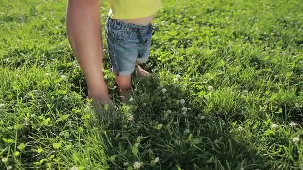 Padre e bambino piedi di ragazzo che cammina a piedi nudi sullerba