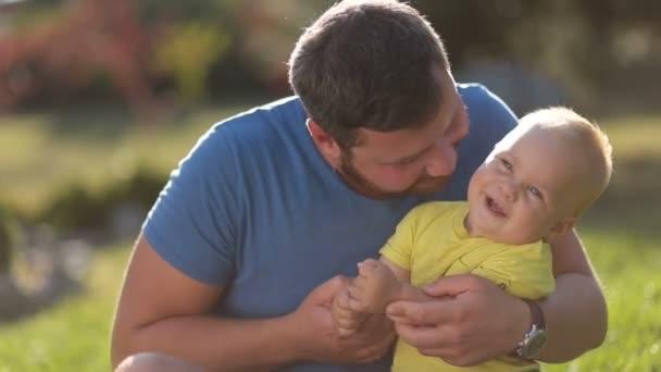 Szabadban szórakozik szerető apa és totyogó fiú