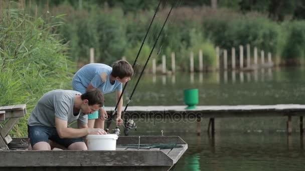 Halász csali a horog a horgászbot-tó